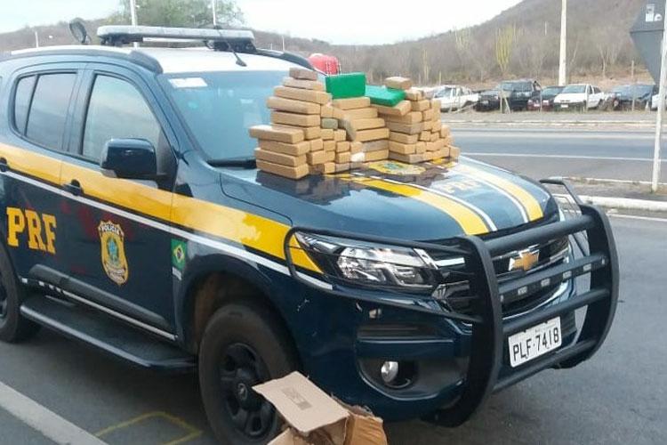 Jequié: PRF apreende 127 kg de maconha e detém traficante em ônibus