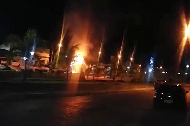 Patrimônio público é incendiado em área central da cidade de Jussiape