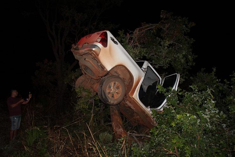 Barreiras: Mulher morre em acidente que caminhonete ficou presa em copa de árvore