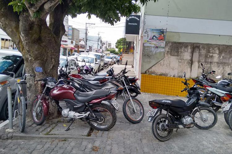 Caculé: Prefeitura e PM orientam sobre a proibição de estacionar motos em calçadas e ciclovias