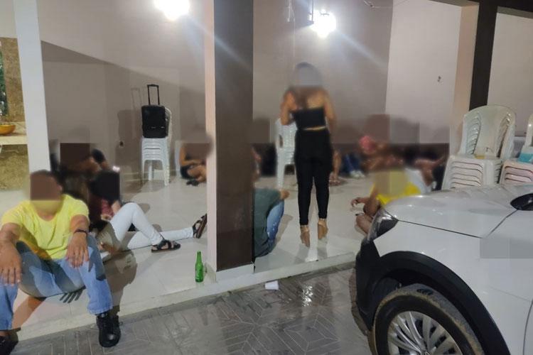 Guanambi: PM acaba com festa clandestina com mais de 100 pessoas em casa de eventos