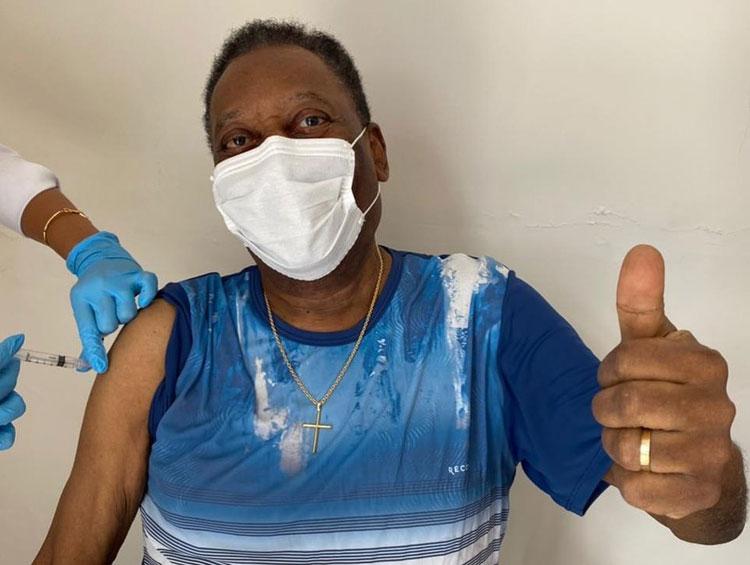Aos 80 anos, Pelé é vacinado e pede uso de máscaras e isolamento