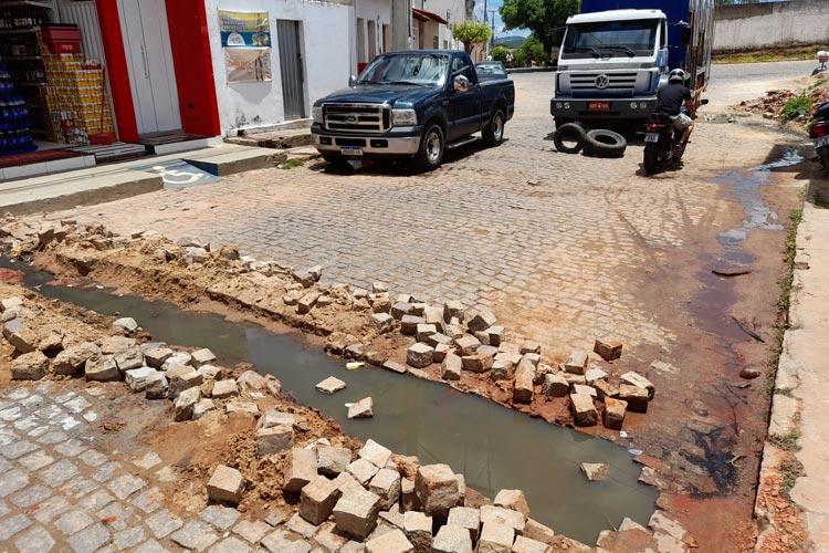 Brumado: Esgoto entupido está obstruindo a via e refluindo para dezenas de casas na região da UPA Covid-19