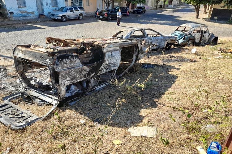 Brumado: Três veículos são incendiados na Rua Virgílio Ataíde