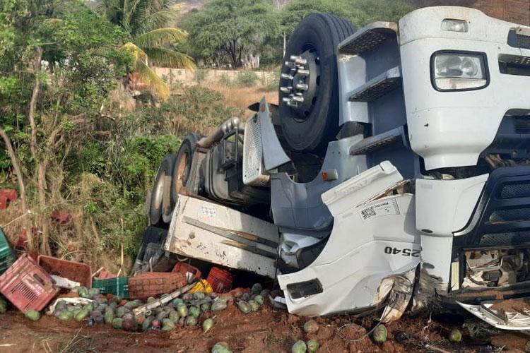 Urandi: Motorista de carreta carregada de manga morre em acidente na BR-122