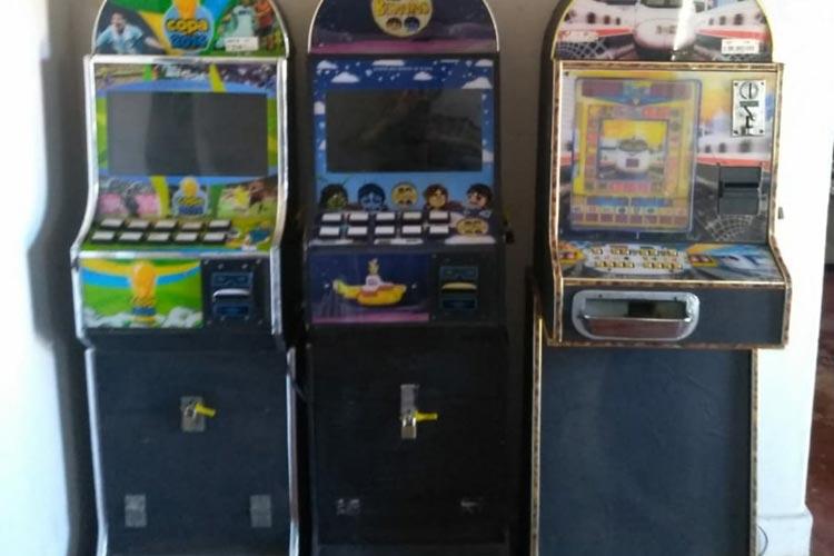 Polícia apreende máquinas caça níquéis em bar na cidade de Urandi