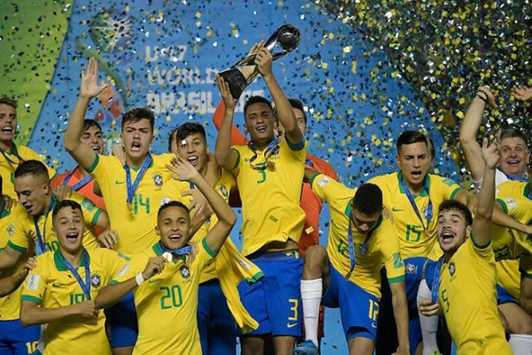 Seleção brasileira derrota o México por 2 a 1 e conquista o Mundial Sub-17