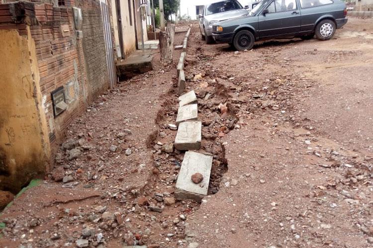 Brumado: Prefeitura nivela ruas acima dos imóveis e casas são invadidas pelas chuvas na Vila Presidente Vargas