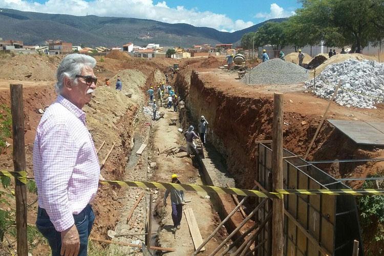 Brumado: Eduardo Vasconcelos acompanha obra de canalização do Riacho do Bate Pé no Bairro São José