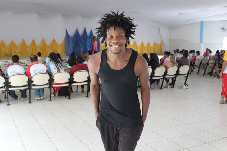 Bailarino do Harmonia do Samba quebra preconceitos nas escolas de Brumado com a dança