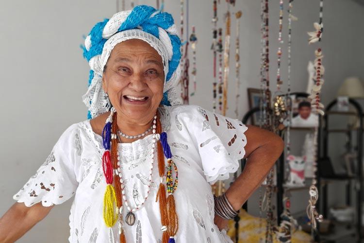 Pioneira com seu tabuleiro em Brumado, Dona Dete homenageia todas as Baianas do Acarajé