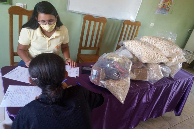 Famílias de Brumado e Guanambi recebem máscaras e cestas básicas