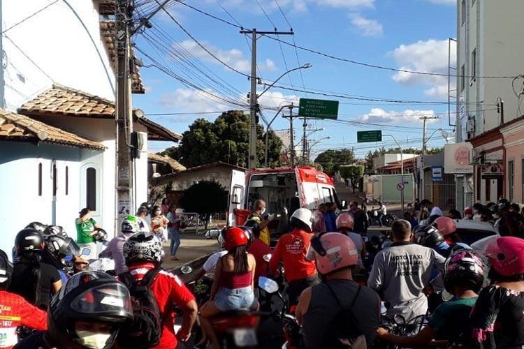 Homem passa mal e cai de moto no centro da cidade de Brumado