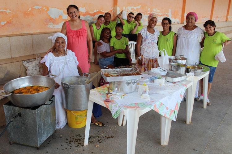 Brumado: Mantendo tradição de 10 anos, Dona Dete faz distribuição de acarajés na Apae
