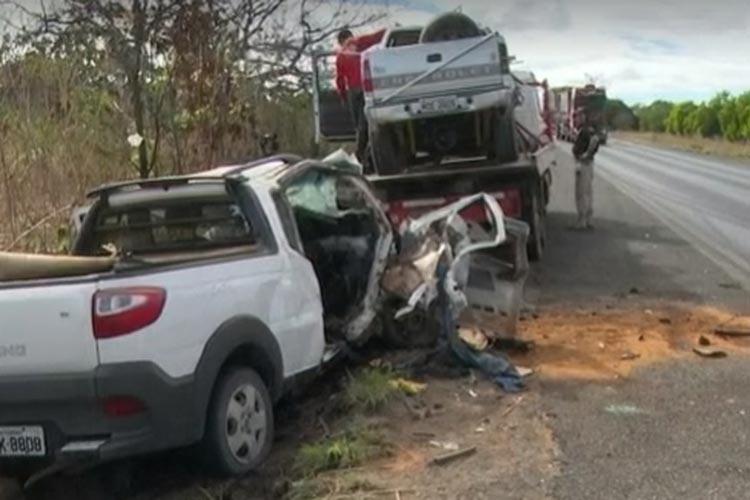 Homem morre e 4 pessoas ficam feridas após batida entre picape e caminhonete em Barreiras