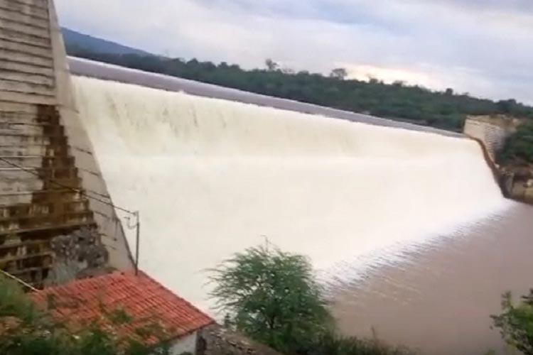 Brumado: Barragem de Cristalândia transborda mais uma vez após chuvas