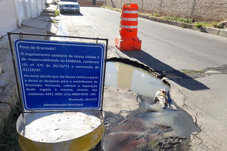 Prefeitura de Brumado fixa placas para população cobrar da Embasa manutenção de esgotos estourados