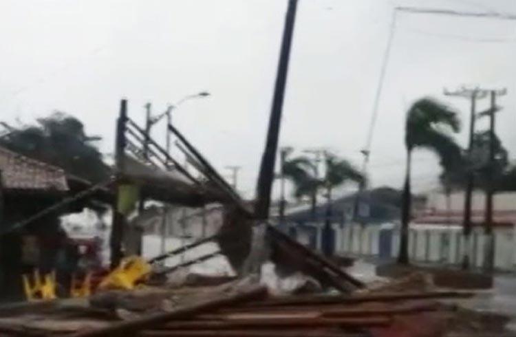 Ventos fortes destelham barracas e quiosques na orla de Porto Seguro