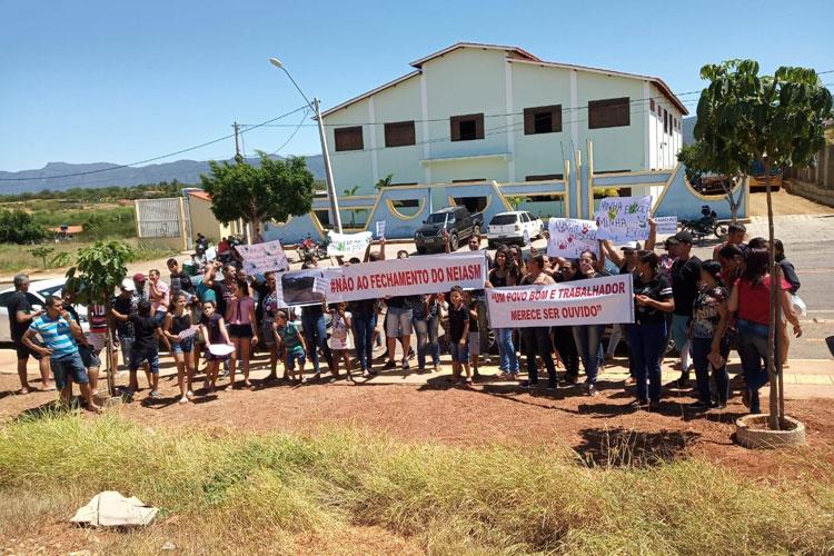 Dom Basílio: Pais de alunos protestam contra fechamento de núcleo educacional