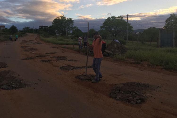 Brumado: Cansados de esperar, moradores realizam mutirão do tapa-buracos no Esconso