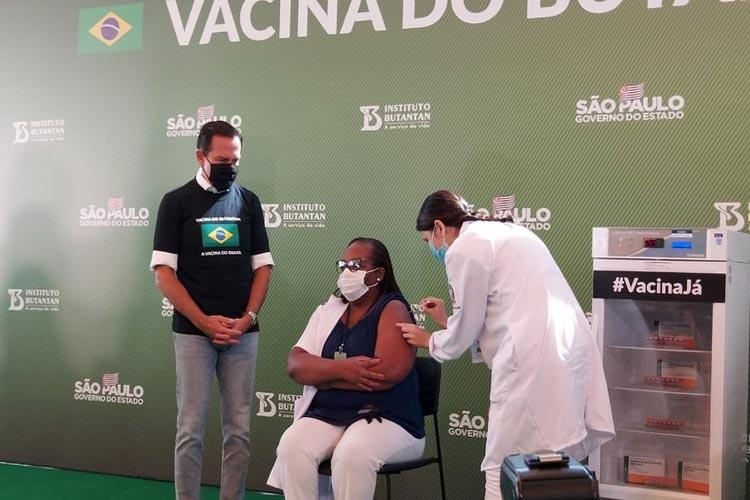 Enfermeira de São Paulo é a primeira brasileira vacinada contra o coronavírus
