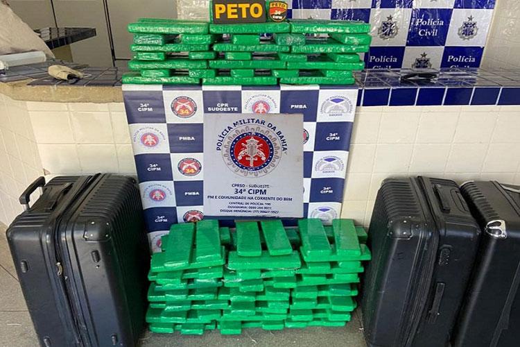 Grávida de gêmeos e marido presos em Brumado levariam 90 kg de maconha para Feira de Santana