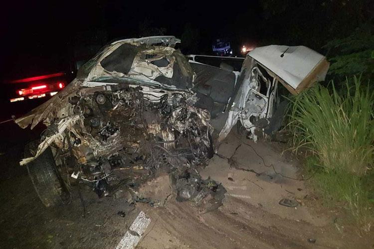 Homem morre após batida entre caminhonete e carreta; carro ficou destruído