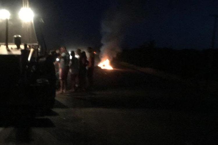 Livramento de Nossa Senhora: Homem morre carbonizado após colidir motocicleta com retroescavadeira