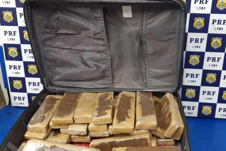 Vitória da Conquista: Jovem de 19 anos é presa em flagrante ao transportar 25 kg de maconha em mala