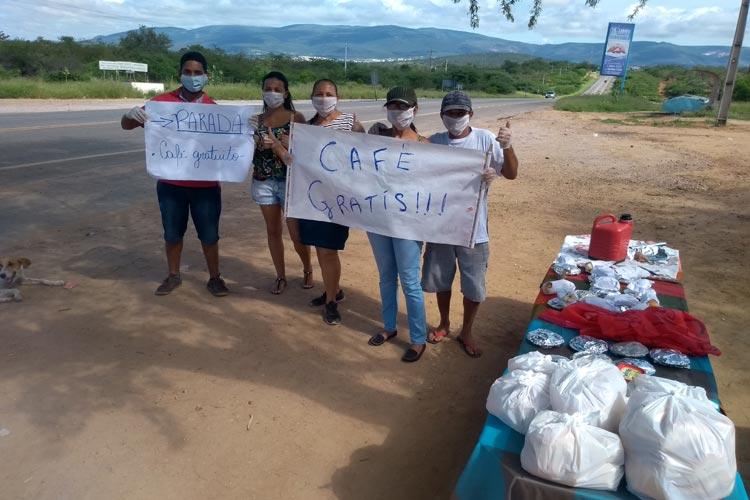 Brumado: Populares promovem café solidário aos caminhoneiros e condutores na BA-262