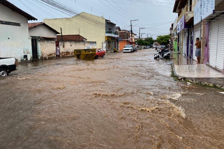 Tromba d'água provoca alagamentos em várias ruas de Brumado