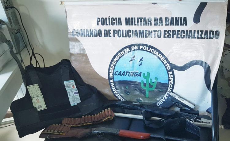 Jovem suspeito de se passar por policial é preso com espingarda e colete balístico no interior da Bahia