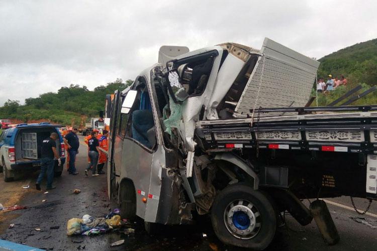 Acidente entre micro-ônibus e caminhão mata motorista e deixa 32 feridos em Manoel Vitorino