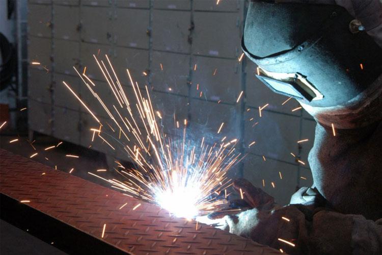 Indústria baiana recua 6,2% em março, diz IBGE