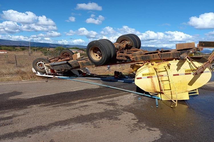 Motorista fica ferido após caminhão pipa tombar na BA-148 em Livramento de Nossa Senhora