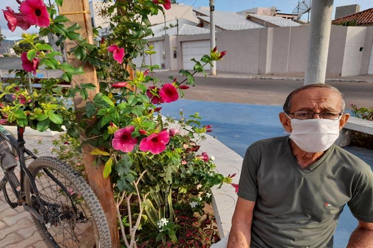 'Tirem fotos, mas não arranquem as flores', apela cuidador voluntário de praça pública em Brumado