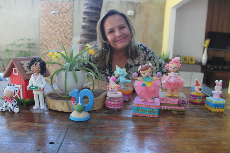 Brumado: Artesã conta sua história com a arte e parabeniza artesãos pela passagem do dia